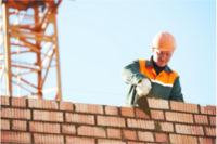 Sachverständiger kontrolliert Bauleistungen