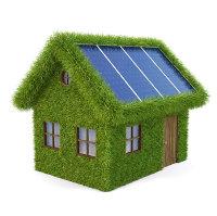 Haus mit Efeu bewachsen und Solarzellen auf dem Dach