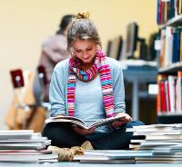 Studentin liest in Büchern