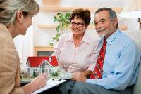 Ein Paar informiert sich über Immobilienpreise