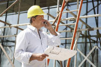 Mann vor seiner versicherten Baustelle