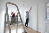 Mann renoviert Immobilie