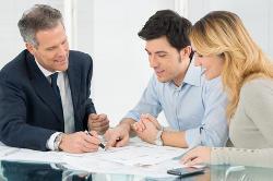 Paar mit einem Berater plant die Hausfinanzierung