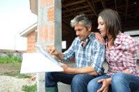 Paar auf Baustelle