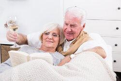 Zufriedenes Rentnerpaar im neuen Haus