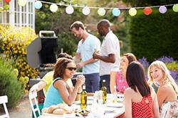 Gruppe Freunde feiert eine Gartenparty