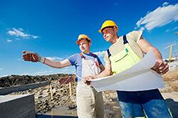 Zwei Männer arbeiten auf einer Baustelle