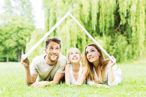 Junge Familie träumt vom Haus